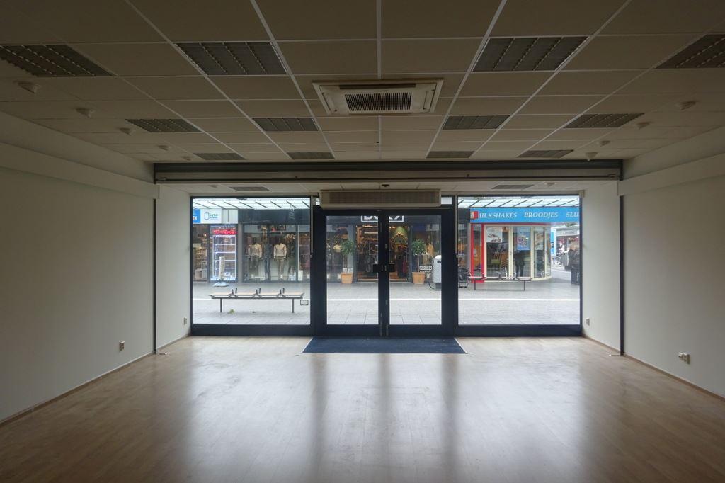 Bekijk foto 2 van Winkelcentrum Woensel 113