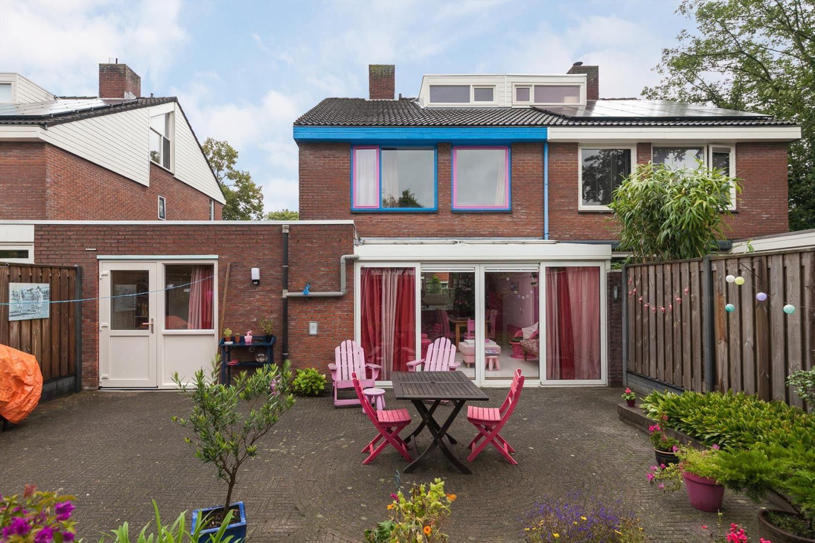 Aan dit roze huis dat te koop staat op funda hoef je bij for Woning op funda plaatsen