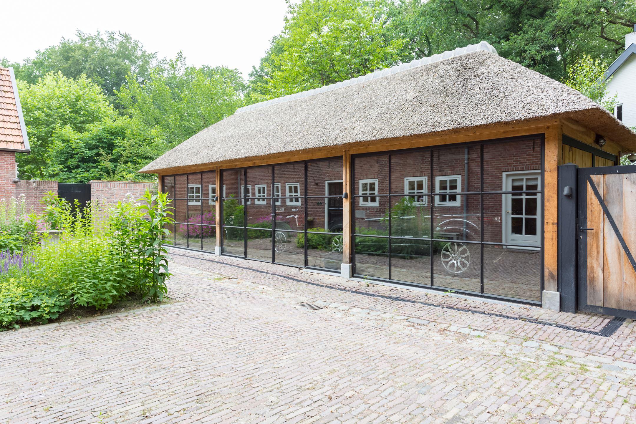 Deze woonboerderij met glazen garage staat gewoon te koop in Nederland