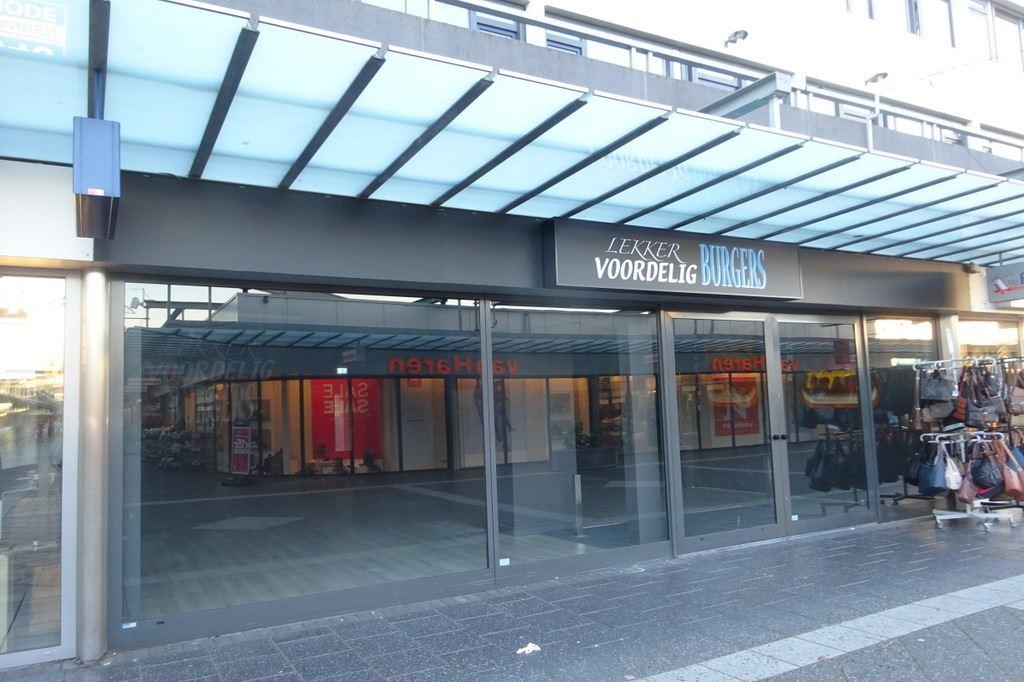 Bekijk foto 1 van Winkelcentrum Woensel 10