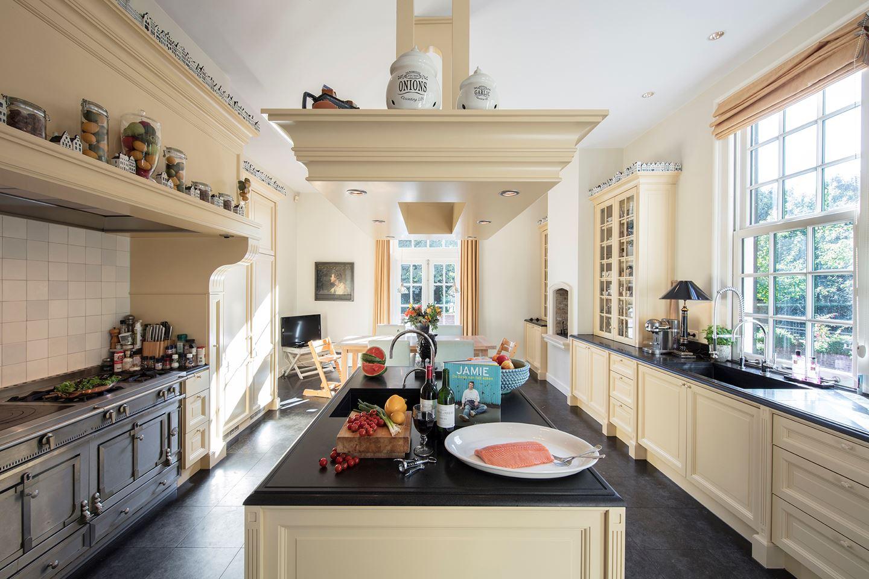 De keuken met een oppervlakte waar menig student jaloers op zou zijn