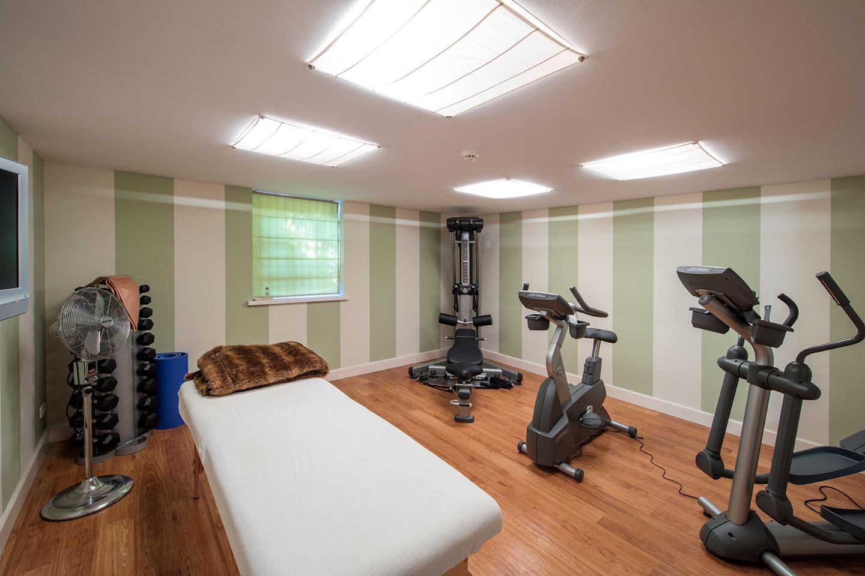 De sport- en wellnessruimte, die ook een sauna, zonnestudio en douche bevat