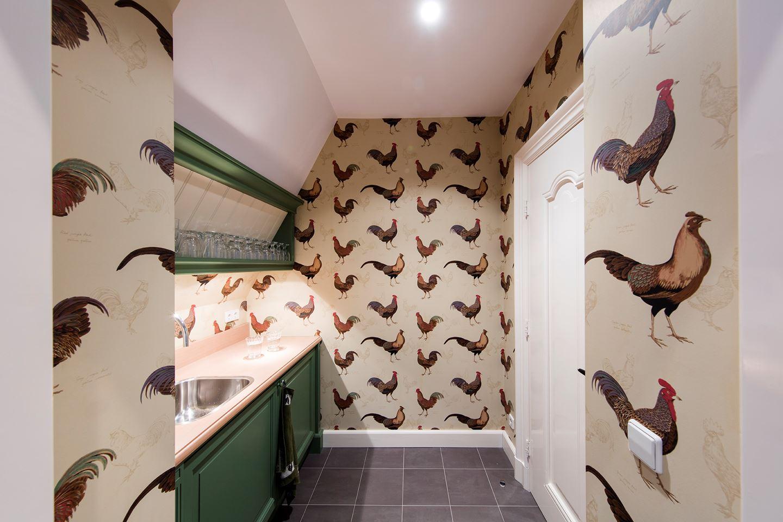 Geen idee wat voor functie deze kamer heeft, maar hij heeft kippenbehang