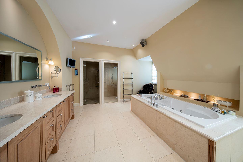 En dit is één van de zes badkamers van het landgoed