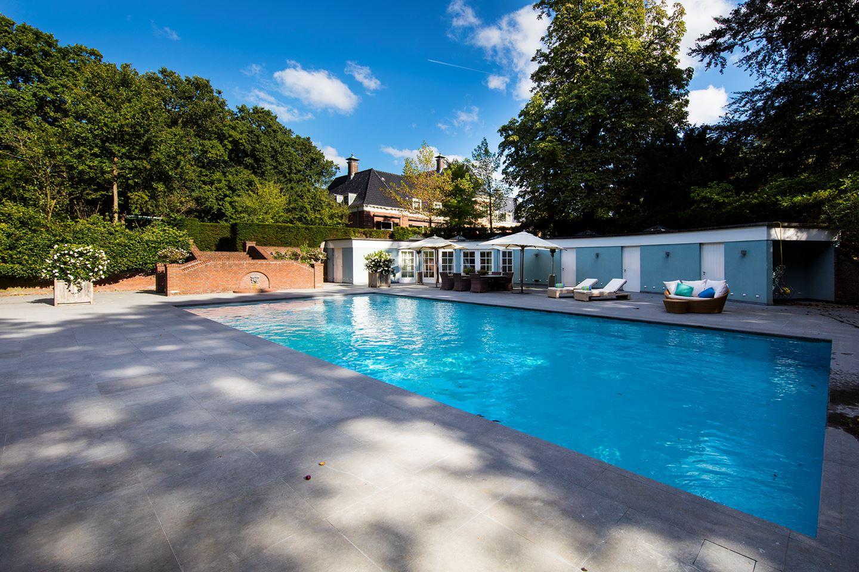 Dan is er ook nog een verwarmd zwembad met terras en poolhouse