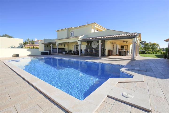 Fantastische villa met 5 slaapkamers dicht bij Ferragudo en Carvoeiro