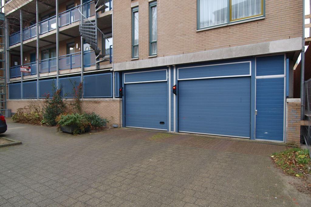 Bekijk foto 1 van Raadhuisstraat parkeerplaatsen