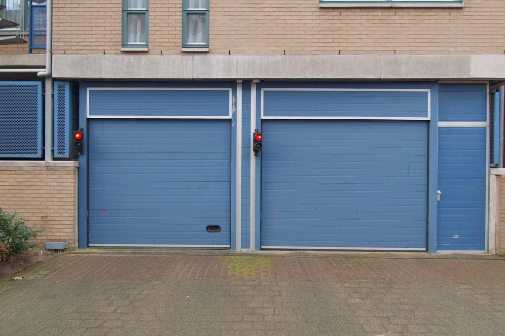 Bekijk foto 2 van Raadhuisstraat parkeerplaatsen
