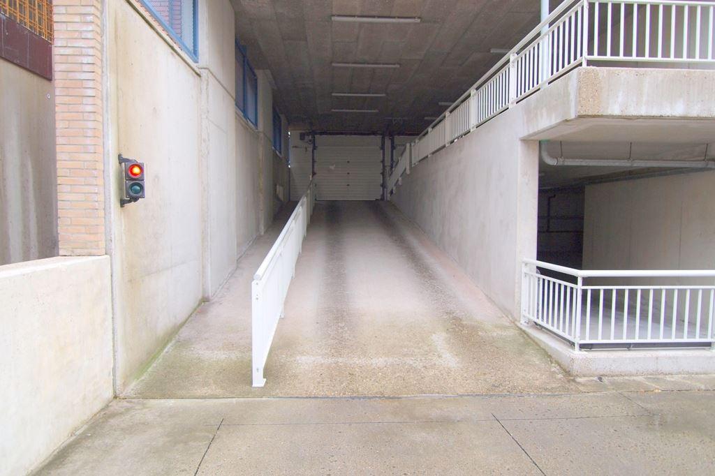 Bekijk foto 3 van Raadhuisstraat parkeerplaatsen