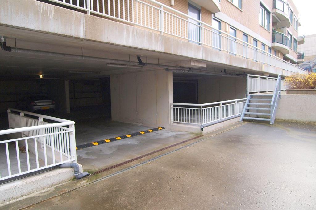 Bekijk foto 4 van Raadhuisstraat parkeerplaatsen