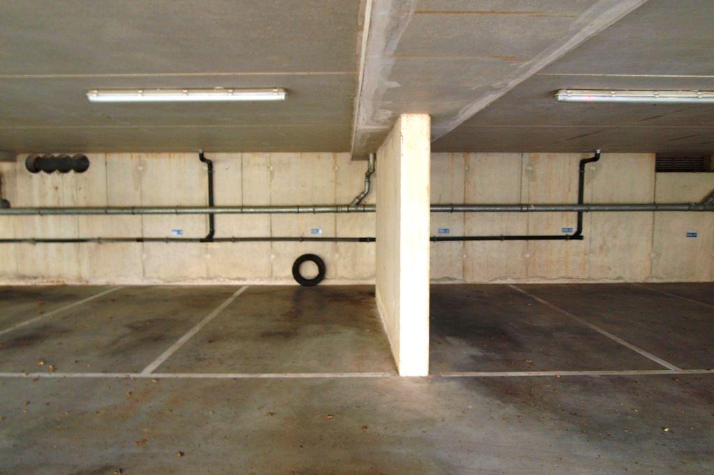 Bekijk foto 5 van Raadhuisstraat parkeerplaatsen