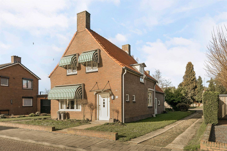 Bekijk foto 2 van Burgemeester Eijckelhofstraat 47