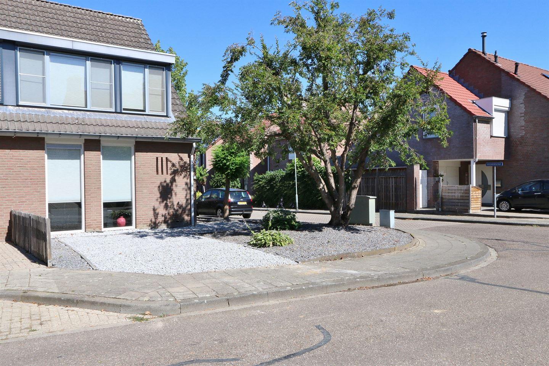 Bekijk foto 2 van Kapelaan Wijnensingel 69