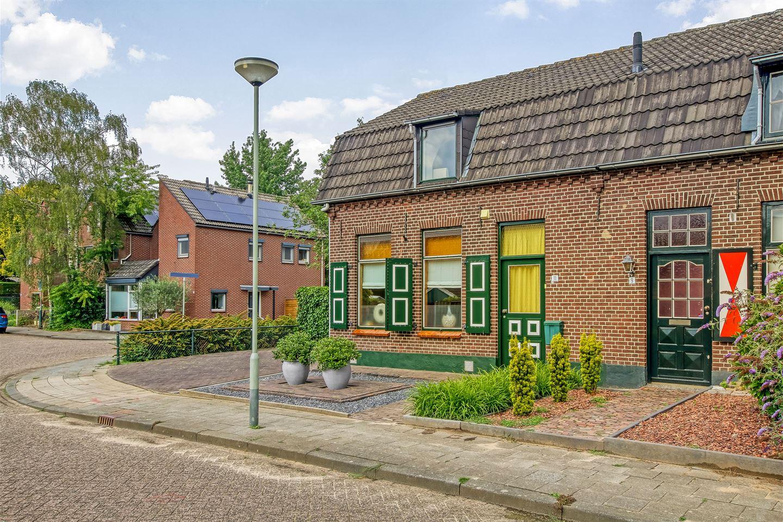 Bekijk foto 2 van Van Brederodestraat 11