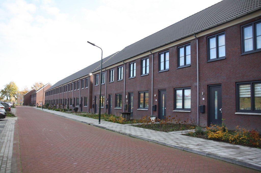 Bekijk foto 2 van Pastoor van der Meijdenstraat 55