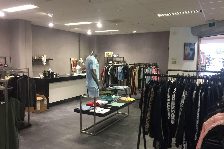 Bekijk foto 2 van Winkelcentrum 17 D