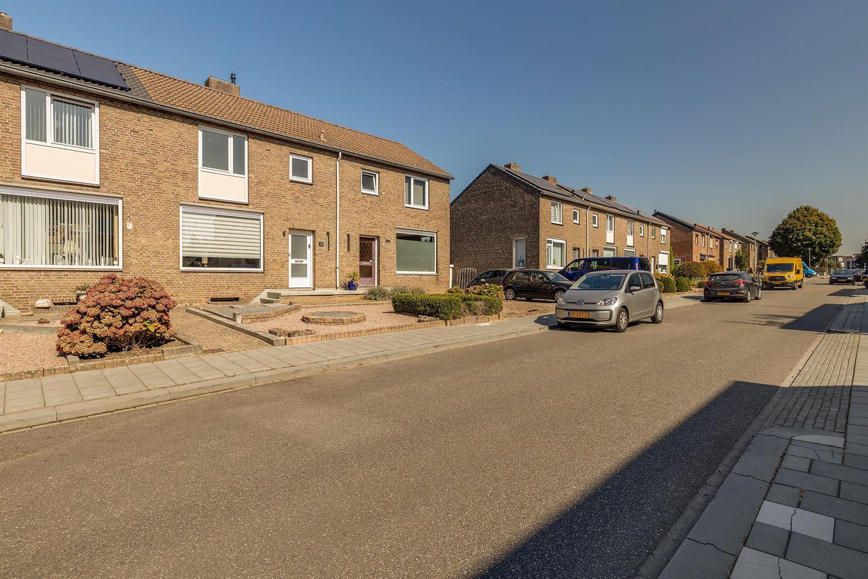 Bekijk foto 2 van Doctor Poelsstraat 21