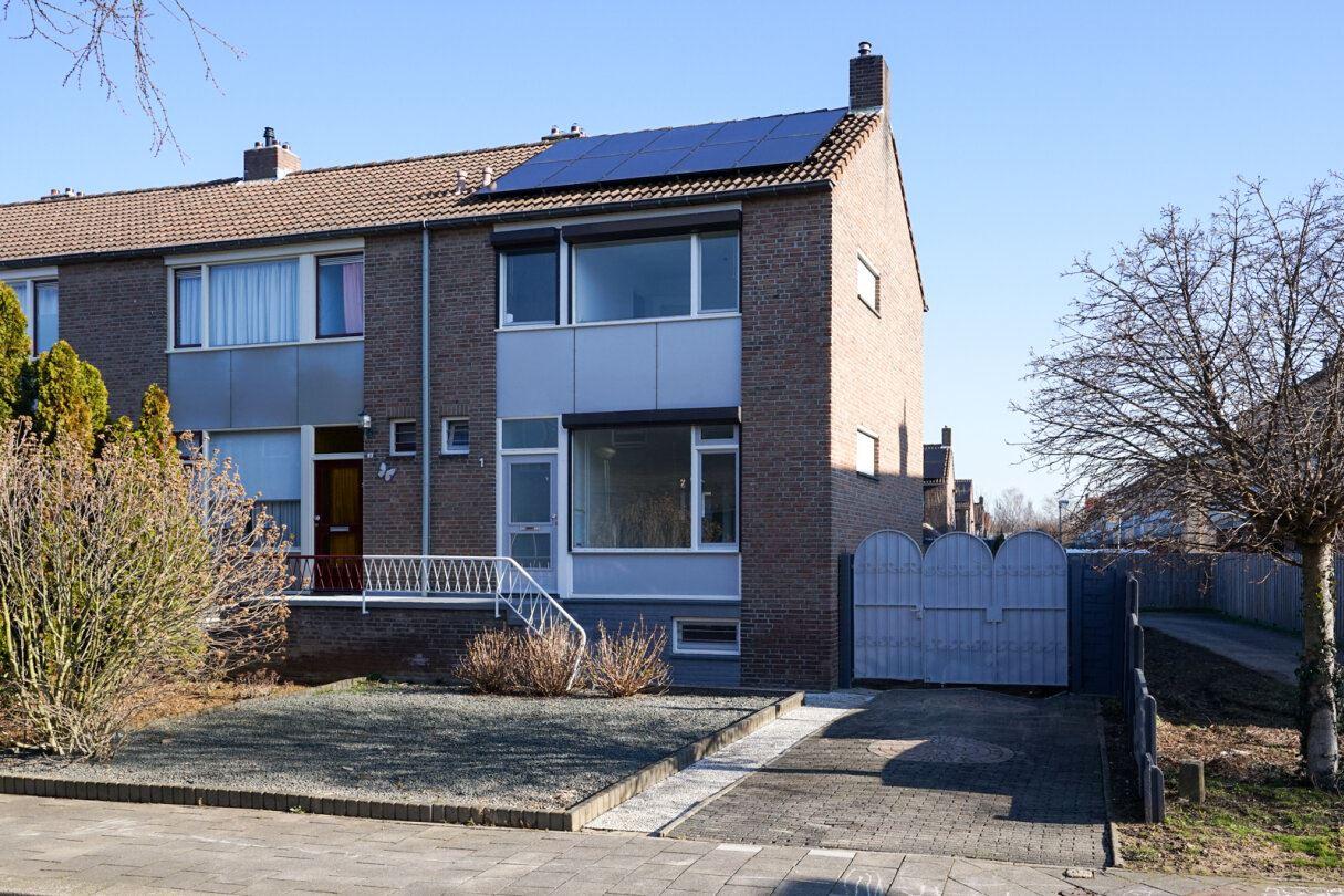 Bekijk foto 1 van Woeringenstraat 1