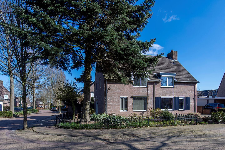 Bekijk foto 1 van Burg. Van den Oeverstraat 30