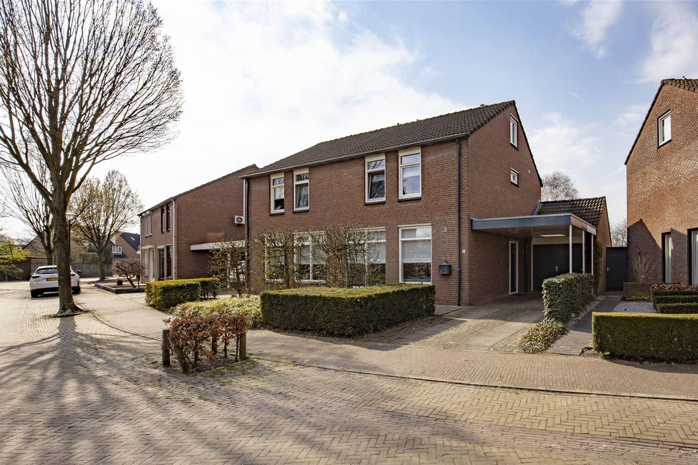 Bekijk foto 1 van Burg. Van den Oeverstraat 4