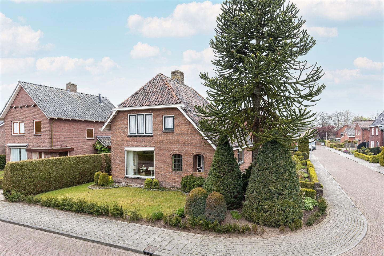 Bekijk foto 1 van Pastoor Eshuisstraat 1