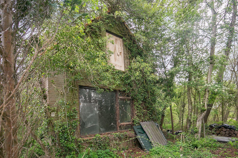 Huis te koop; 4.220 m² perceel met een vervallen woning