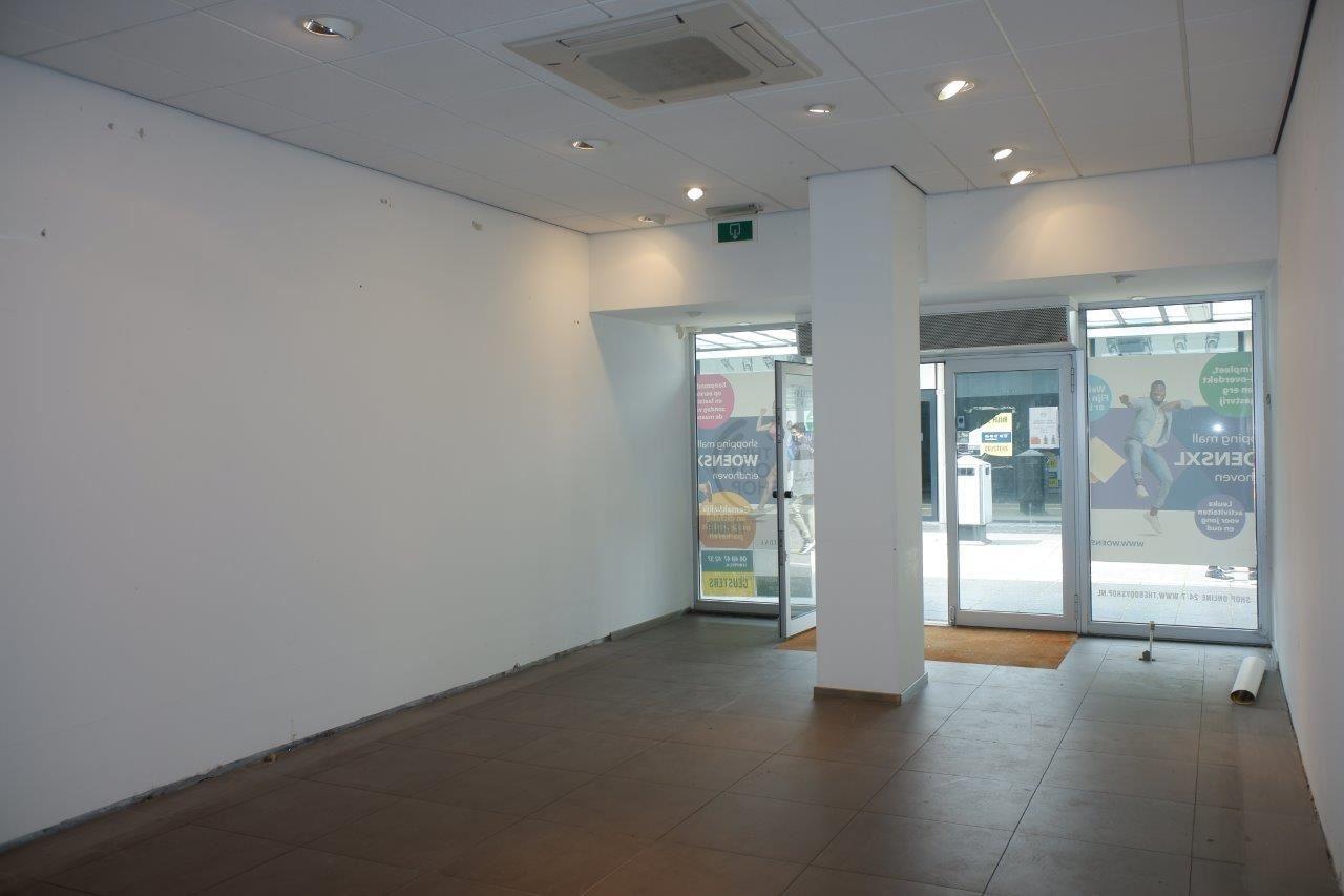 Bekijk foto 3 van Winkelcentrum Woensel 67 A