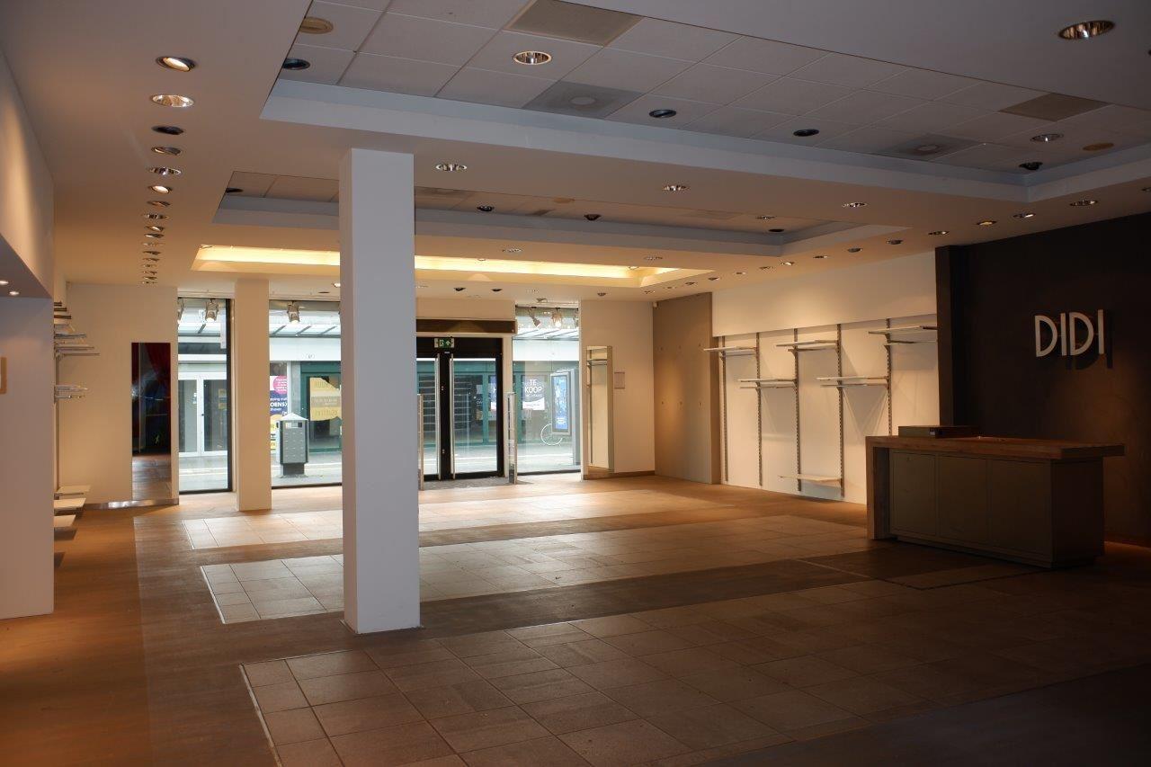 Bekijk foto 2 van Winkelcentrum Woensel 87 A